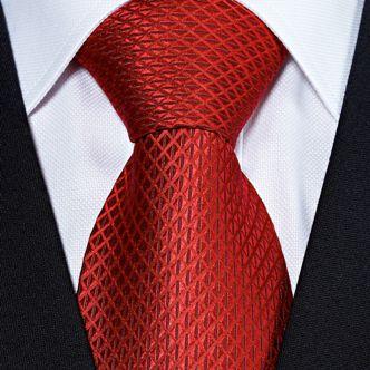 Предметы одежды дарите только близким, и даже с галстуками, будьте аккуратны, расцветка может не понравиться мужчине